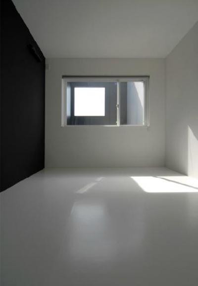 『TO-house』ジャケットを羽織った家 (モノトーンのシンプルな寝室)
