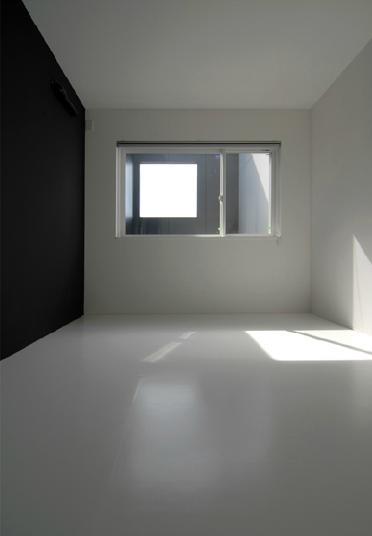 モノトーンのシンプルな寝室 (『TO-house』ジャケットを羽織った家)