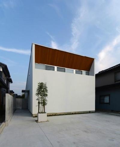 『YM-house』光と風を採り込む方流れ屋根の家 (木目が映える白基調の外観)