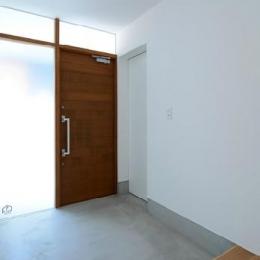 『YM-house』光と風を採り込む方流れ屋根の家 (広くて明るい玄関ホール)