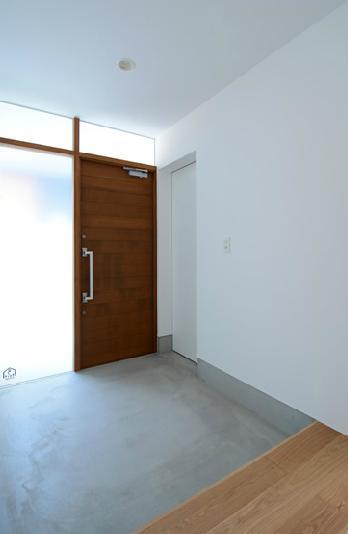 『YM-house』光と風を採り込む方流れ屋根の家の部屋 広くて明るい玄関ホール