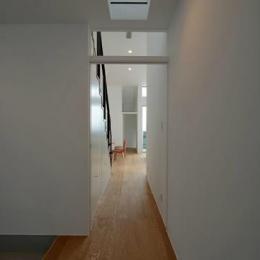 『YM-house』光と風を採り込む方流れ屋根の家 (玄関ホールよりリビングを見る)