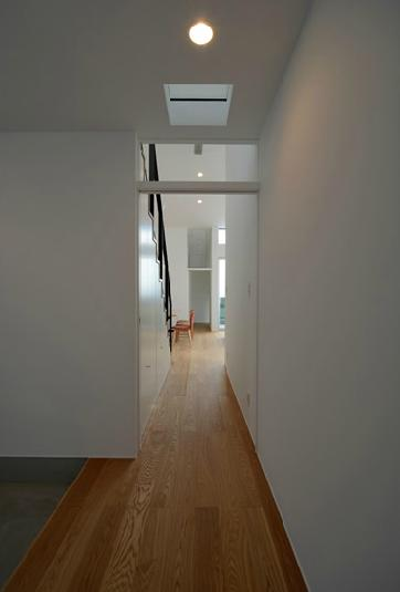 『YM-house』光と風を採り込む方流れ屋根の家の部屋 玄関ホールよりリビングを見る