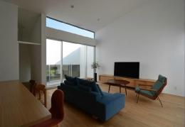 『YM-house』光と風を採り込む方流れ屋根の家 (ライトコートに面した明るいリビング)