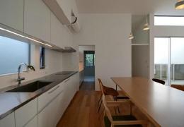 『YM-house』光と風を採り込む方流れ屋根の家 (ダイニングキッチン-奥は洗面室)
