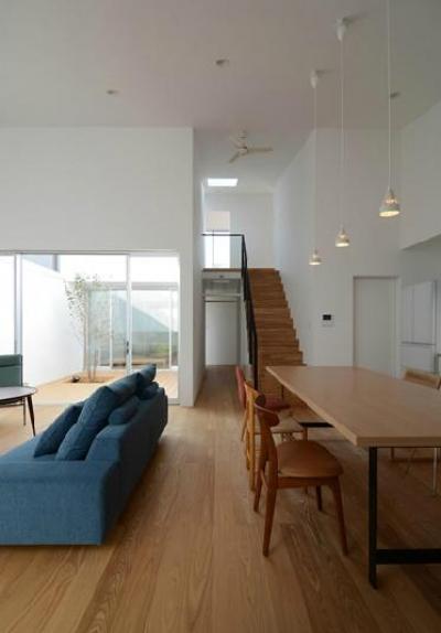 天井の高いリビングダイニング (『YM-house』光と風を採り込む方流れ屋根の家)