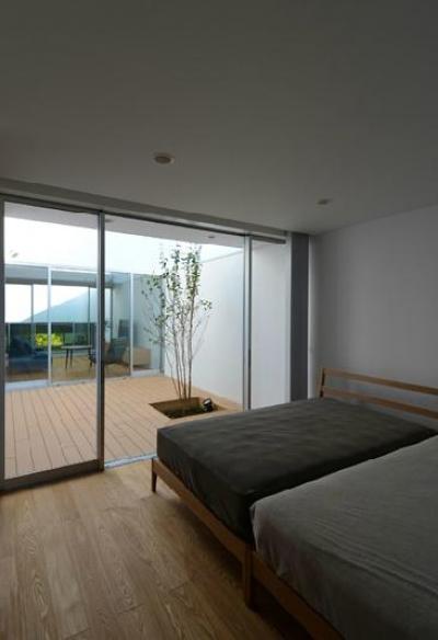 プライベートテラスに面した寝室 (『YM-house』光と風を採り込む方流れ屋根の家)