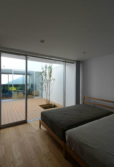 『YM-house』光と風を採り込む方流れ屋根の家の部屋 プライベートテラスに面した寝室