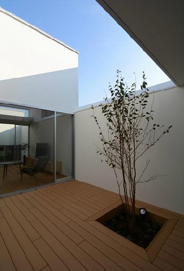 『YM-house』光と風を採り込む方流れ屋根の家の部屋 開放的なプライベートテラス