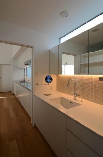 『YM-house』光と風を採り込む方流れ屋根の家の部屋 キッチンとつながる洗面室