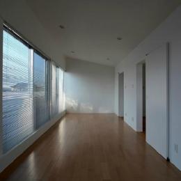 『YM-house』光と風を採り込む方流れ屋根の家 (壁一面大開口の寝室)