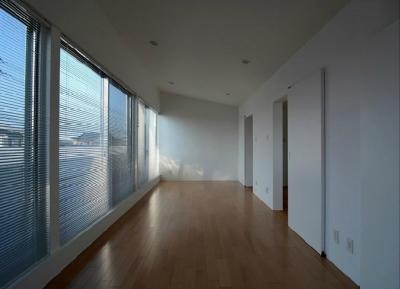 壁一面大開口の寝室 (『YM-house』光と風を採り込む方流れ屋根の家)