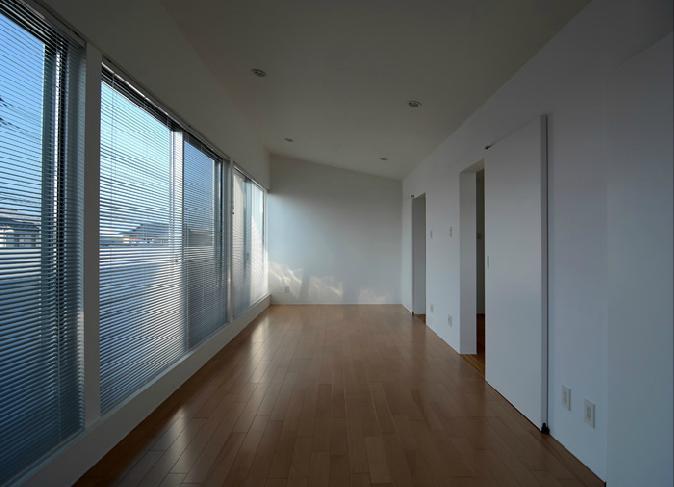 『YM-house』光と風を採り込む方流れ屋根の家の部屋 壁一面大開口の寝室