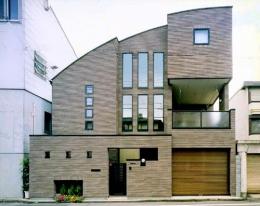 『世田谷S邸』鮮やかな竹のアプローチを持つ家 (ボールド屋根のモダンな外観)