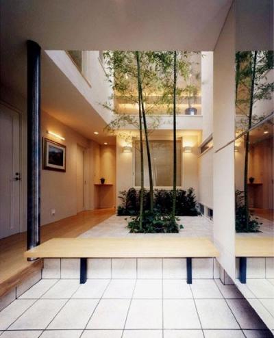 鮮やかな竹が迎える玄関 (『世田谷S邸』鮮やかな竹のアプローチを持つ家)