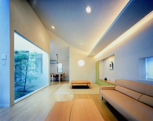 『世田谷S邸』鮮やかな竹のアプローチを持つ家 (傾斜天井のリビング)