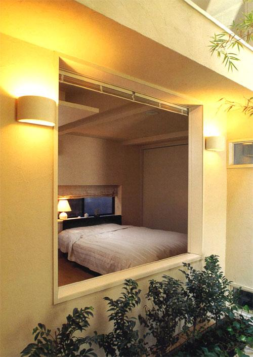 『世田谷S邸』鮮やかな竹のアプローチを持つ家の写真 中庭の竹を望める1階ベッドルーム