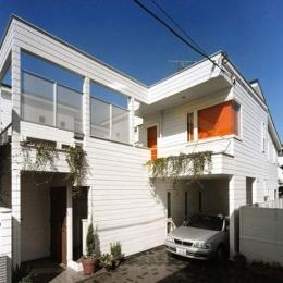 『大田区K邸』中庭でつながる二世帯コートハウス (温かみのある白い外観)