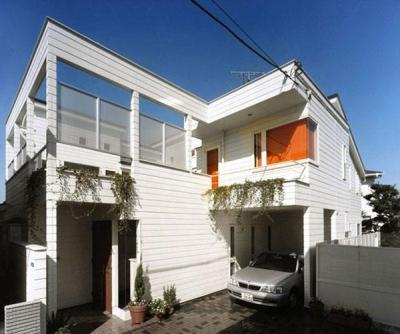 温かみのある白い外観 (『大田区K邸』中庭でつながる二世帯コートハウス)