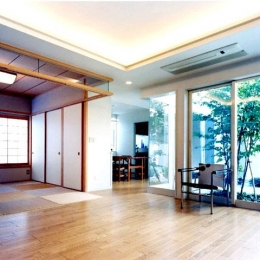 『大田区K邸』中庭でつながる二世帯コートハウス (中庭を望める開放的なリビングダイニング)