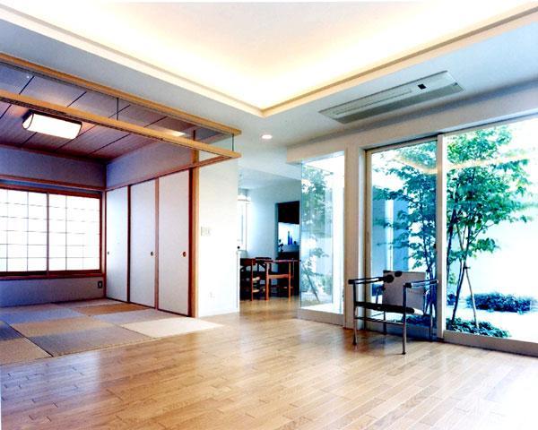 『大田区K邸』中庭でつながる二世帯コートハウスの部屋 中庭を望める開放的なリビングダイニング