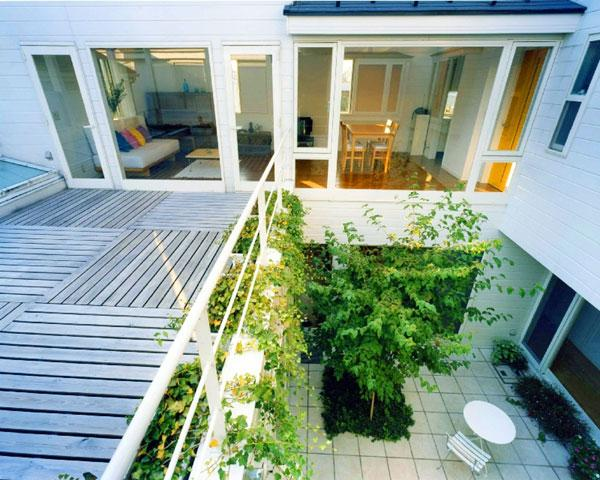 『大田区K邸』中庭でつながる二世帯コートハウスの部屋 2階リビング・バルコニー・中庭
