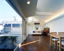 『大田区K邸』中庭でつながる二世帯コートハウス (壁一面ガラス張りの2階リビング)