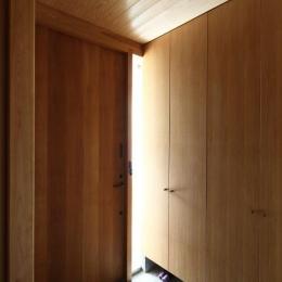 『AR-house』敷地段差を活かした2世帯住宅 (木の温もり感じる玄関ホール)