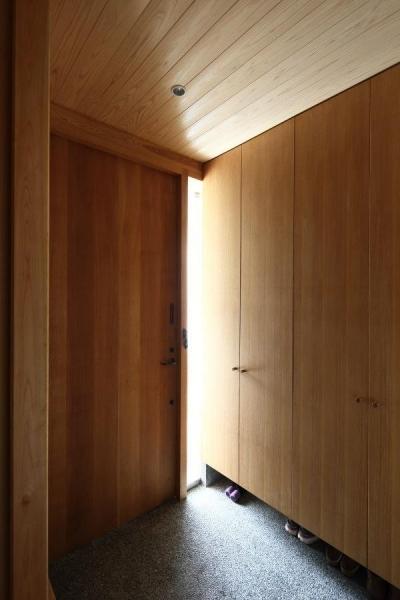 木の温もり感じる玄関ホール (『AR-house』敷地段差を活かした2世帯住宅)