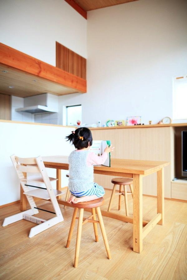 『AR-house』敷地段差を活かした2世帯住宅の部屋 木の質感を生かした優しい空間