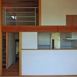 『AR-house』敷地段差を活かした2世帯住宅 (吹き抜けのダイニング)