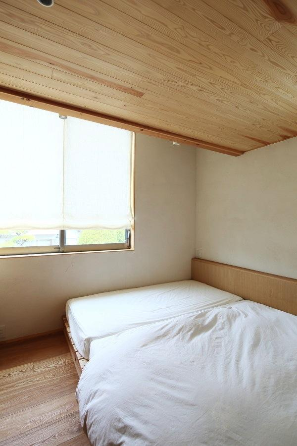 『AR-house』敷地段差を活かした2世帯住宅 (シンプルナチュラルな寝室)