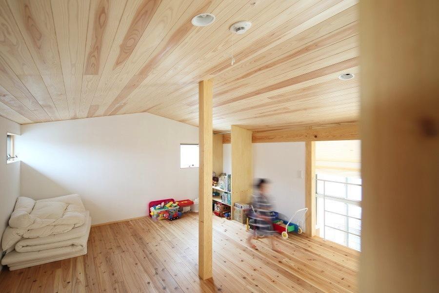 『AR-house』敷地段差を活かした2世帯住宅の写真 ナチュラルな子供部屋