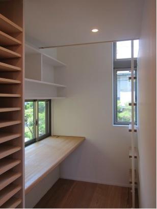 『AR-house』敷地段差を活かした2世帯住宅の部屋 明るいワークスペース