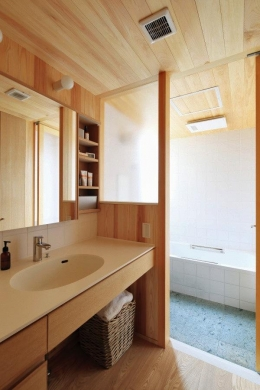 『AR-house』敷地段差を活かした2世帯住宅 (木の温もり感じる洗面・浴室)