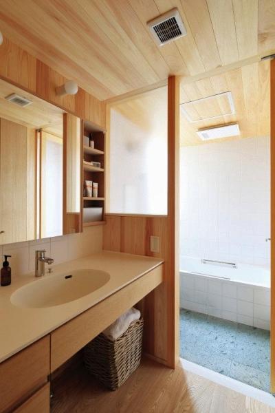木の温もり感じる洗面・浴室 (『AR-house』敷地段差を活かした2世帯住宅)