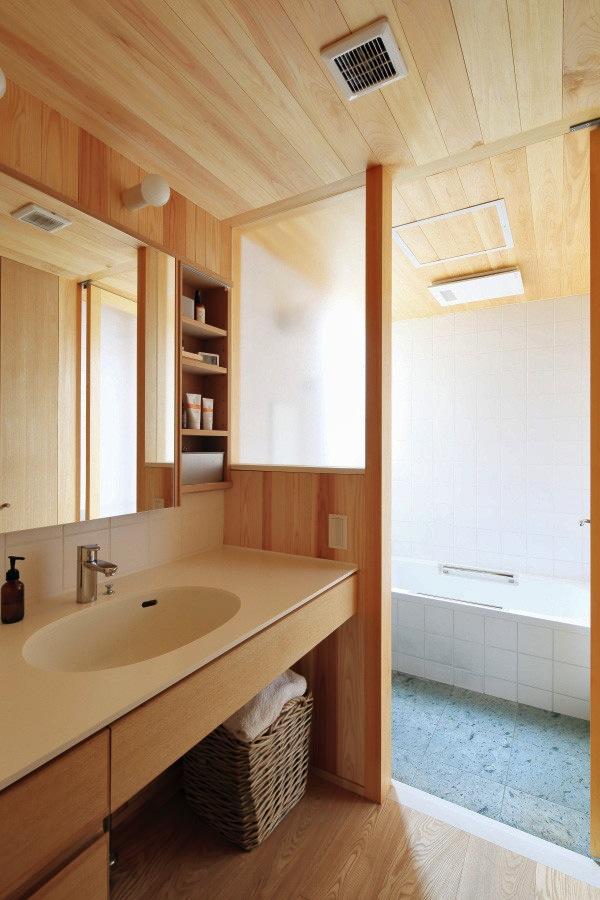 『AR-house』敷地段差を活かした2世帯住宅の写真 木の温もり感じる洗面・浴室