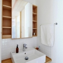『AR-house』敷地段差を活かした2世帯住宅の写真 白いタイル貼りのナチュラルな洗面スペース