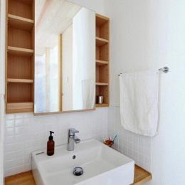 『AR-house』敷地段差を活かした2世帯住宅 (白いタイル貼りのナチュラルな洗面スペース)