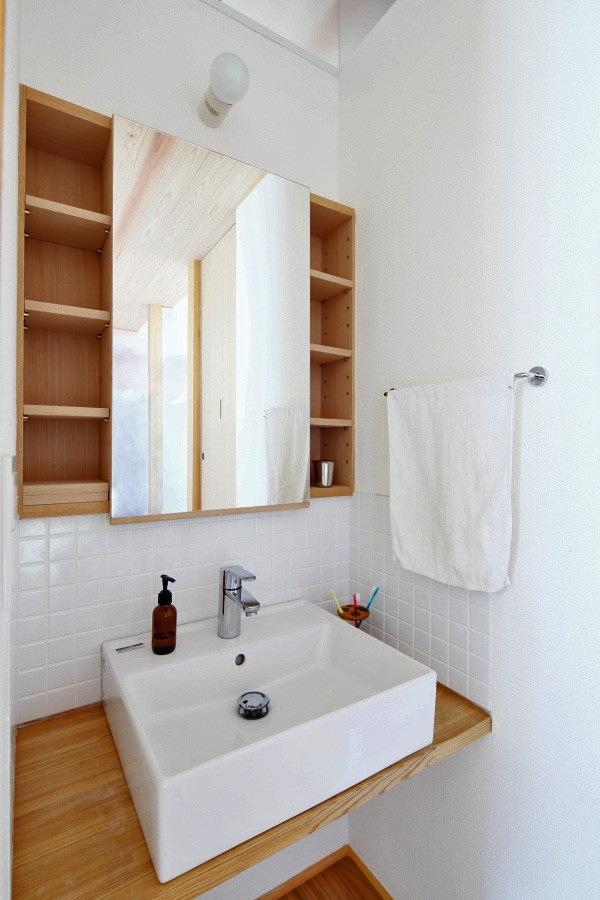 『AR-house』敷地段差を活かした2世帯住宅の部屋 白いタイル貼りのナチュラルな洗面スペース