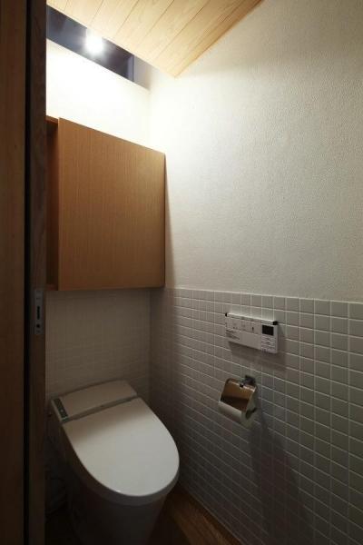 白いタイル壁のトイレ (『AR-house』敷地段差を活かした2世帯住宅)