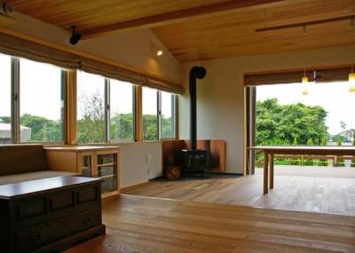 木の温もりと開放感溢れるリビング (『OH-house』スキップフロアの海の家)
