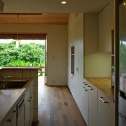 『OH-house』スキップフロアの海の家-収納たっぷりのキッチン