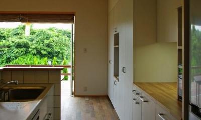 収納たっぷりのキッチン|『OH-house』スキップフロアの海の家