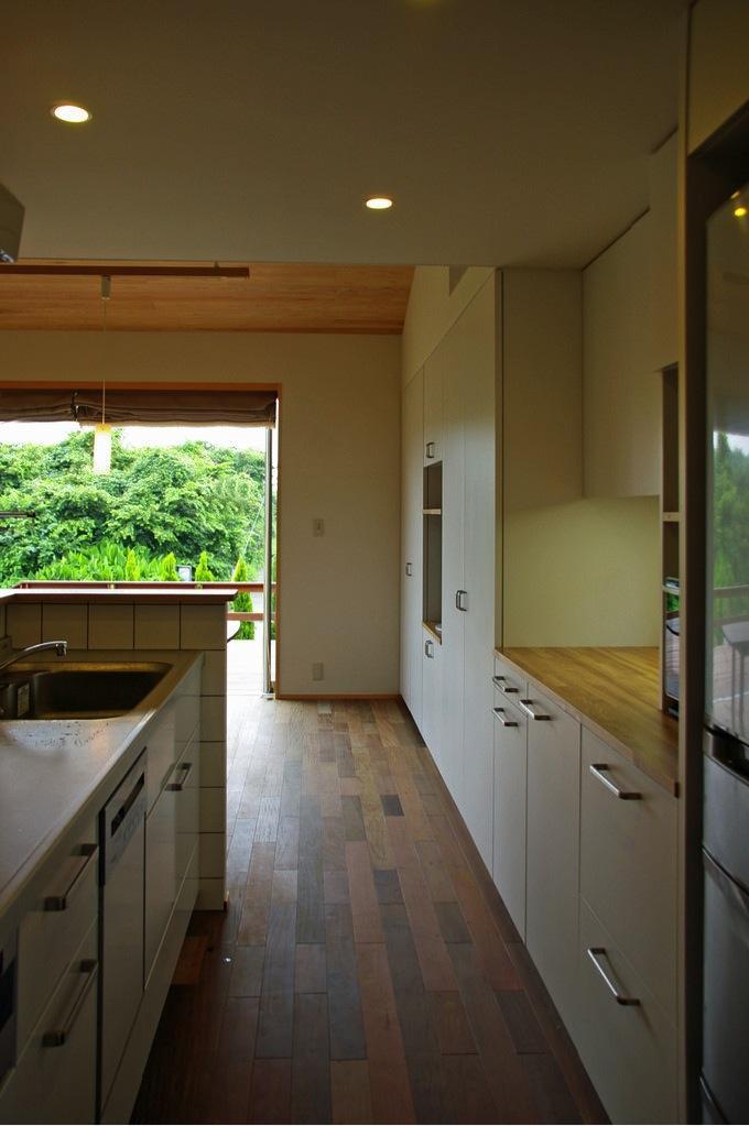 『OH-house』スキップフロアの海の家の部屋 収納たっぷりのキッチン