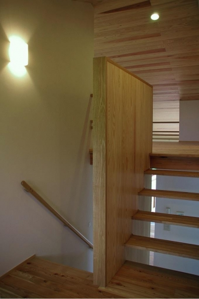 木製のスケルトン階段 (『OH-house』スキップフロアの海の家)