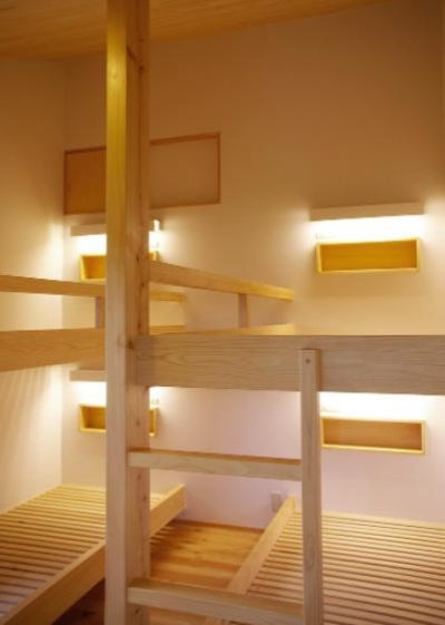 すのこベッドフレームの寝室 (『OH-house』スキップフロアの海の家)