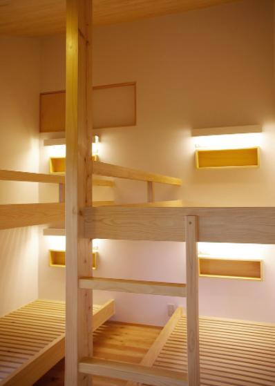 『OH-house』スキップフロアの海の家の部屋 すのこベッドフレームの寝室