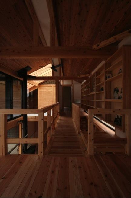 『すぎのいえ』生活を楽しむ工夫・遊び心をつめこんだ住まいの部屋 ブリッジ・吹き抜けいっぱいの本棚