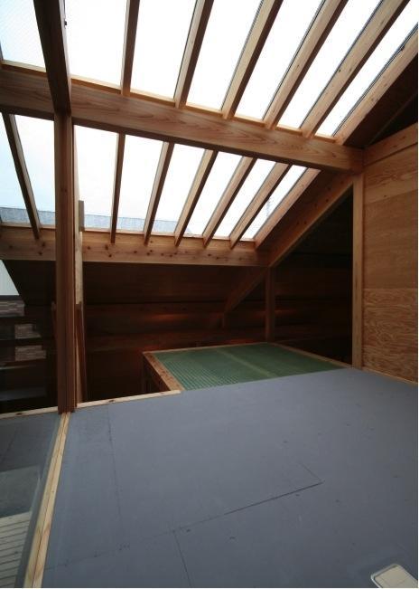 『すぎのいえ』生活を楽しむ工夫・遊び心をつめこんだ住まいの部屋 天窓より光の入る2階オープンスペース